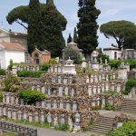 Cimitero estivo: Luogo per la memoria con un'eco di bellezza